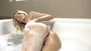 Solo blonde knockout acts slutty in the warm bath